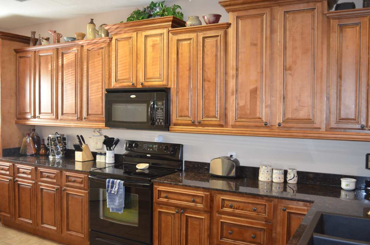 cute-kitchen-with-pull-knobs-on-all-cabinets-and-drawers