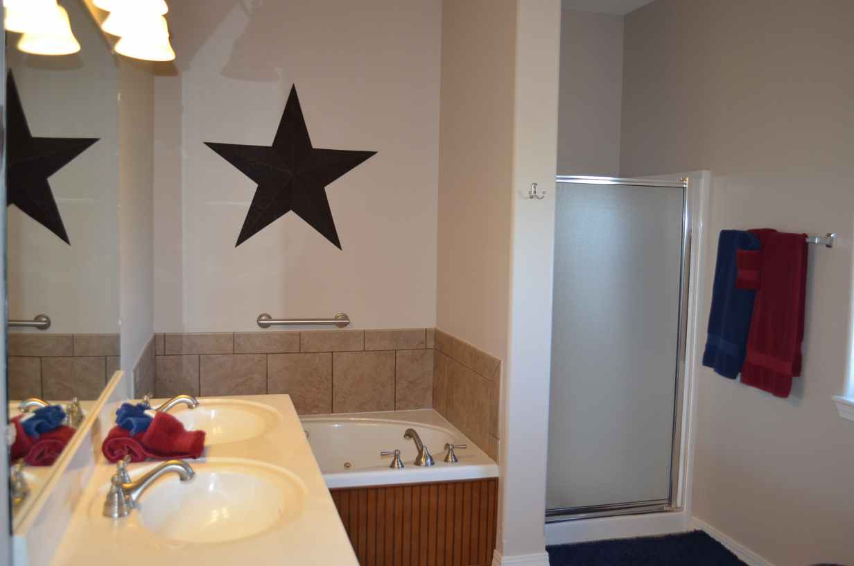 jacuzzi-bathtub-and-a-standup-shower-complete-with-texas-theme-in-this-missouri-condo