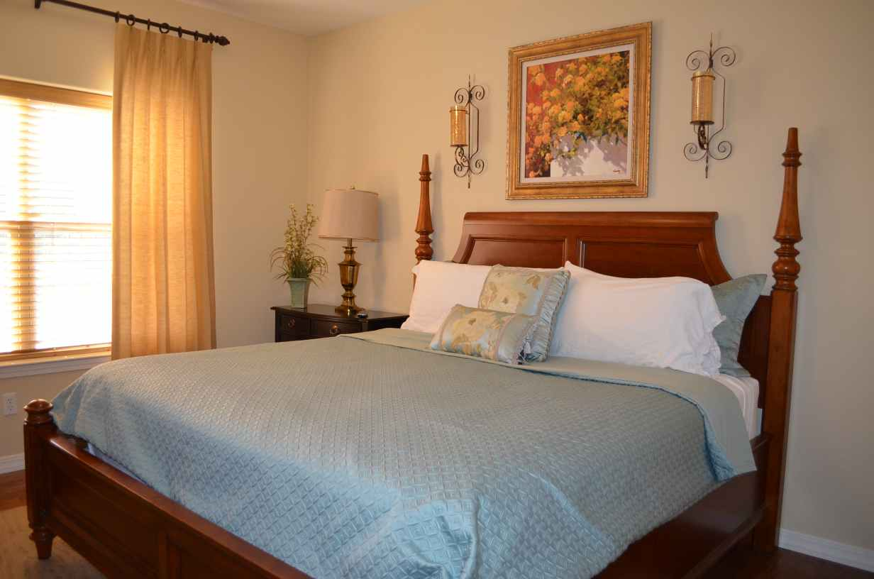 king-sized-bed-in-bedroom-2-of-rw13