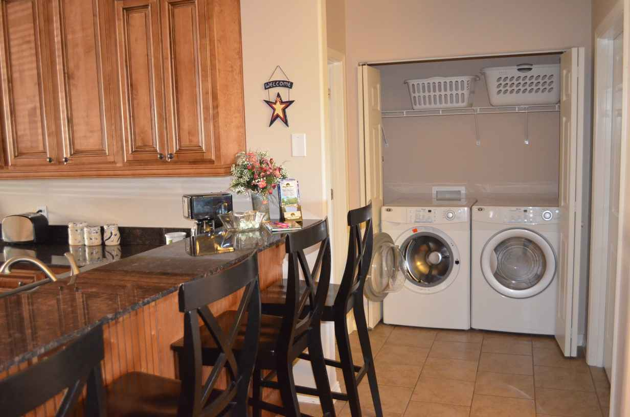 seating-for-4-people-at-the-breakfast-bar-front-loading-washer-and-dryer-provided-standard-with-every-condo-you-rent